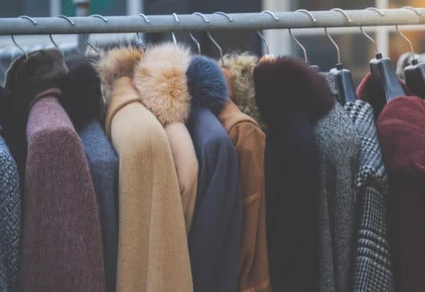 Płaszcze damskie na zimę w trendy kolorach
