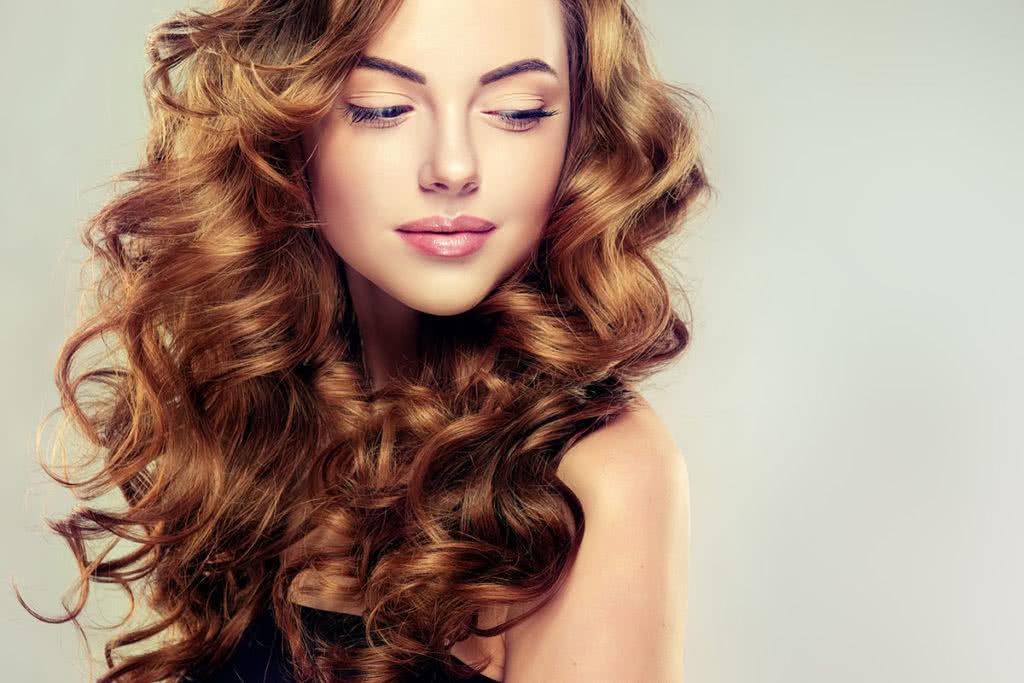 Długie kręcone włosy w kasztanowym odcieniu