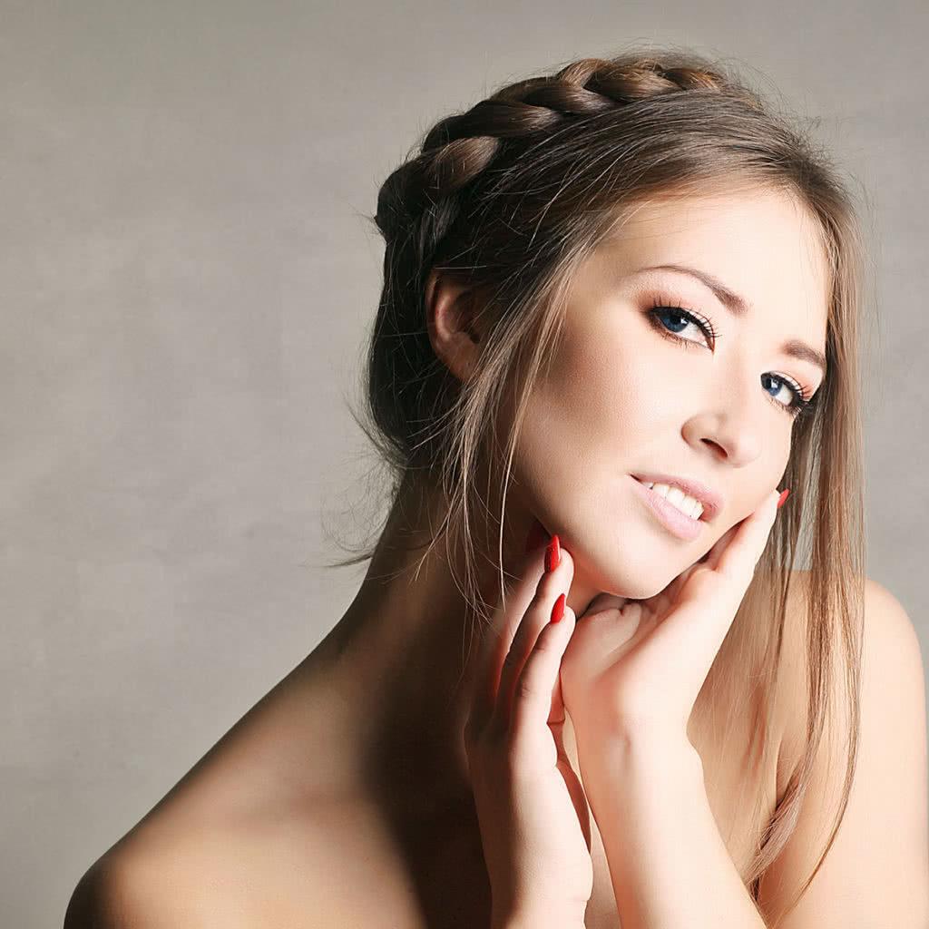 Długa fryzura ze słowiańskimi akcentami, warkocz.