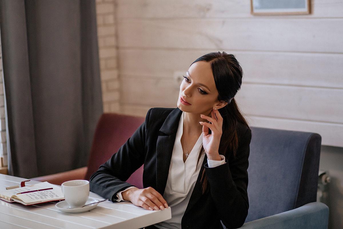 Fryzurowy dresscode – jak uczesać się do biura?