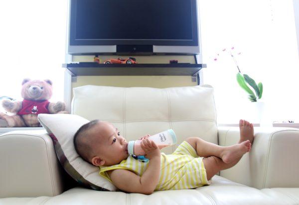 Karmienie butelką czy piersią? Jak to wpływa na dziecko?