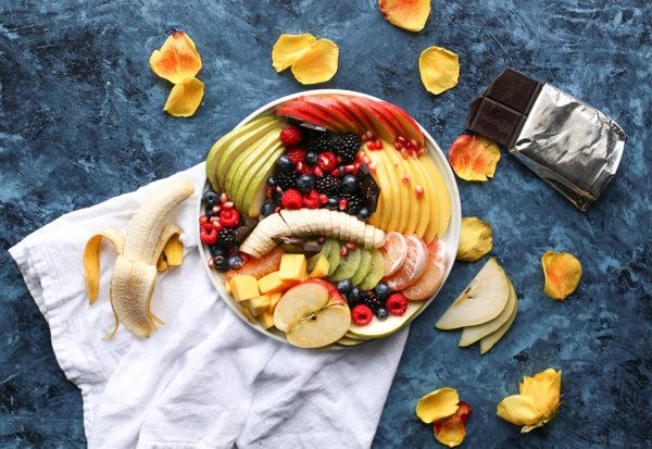 Przepisy na letnie sałatki z owocami i warzywami