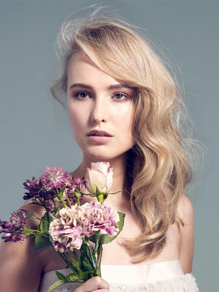Włosy blond, rozpuszczone - piękna fryzura ślubna