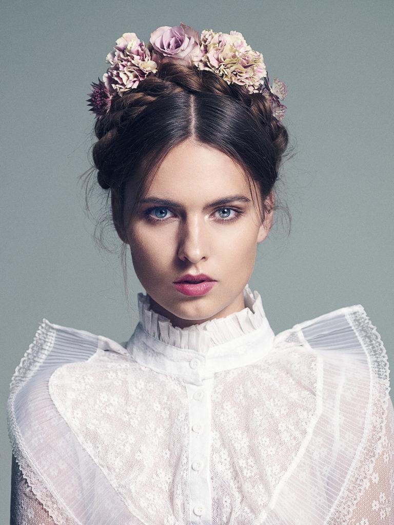 Fryzura ślubna - upięte ciemne włosy i dodatki z kwiatów