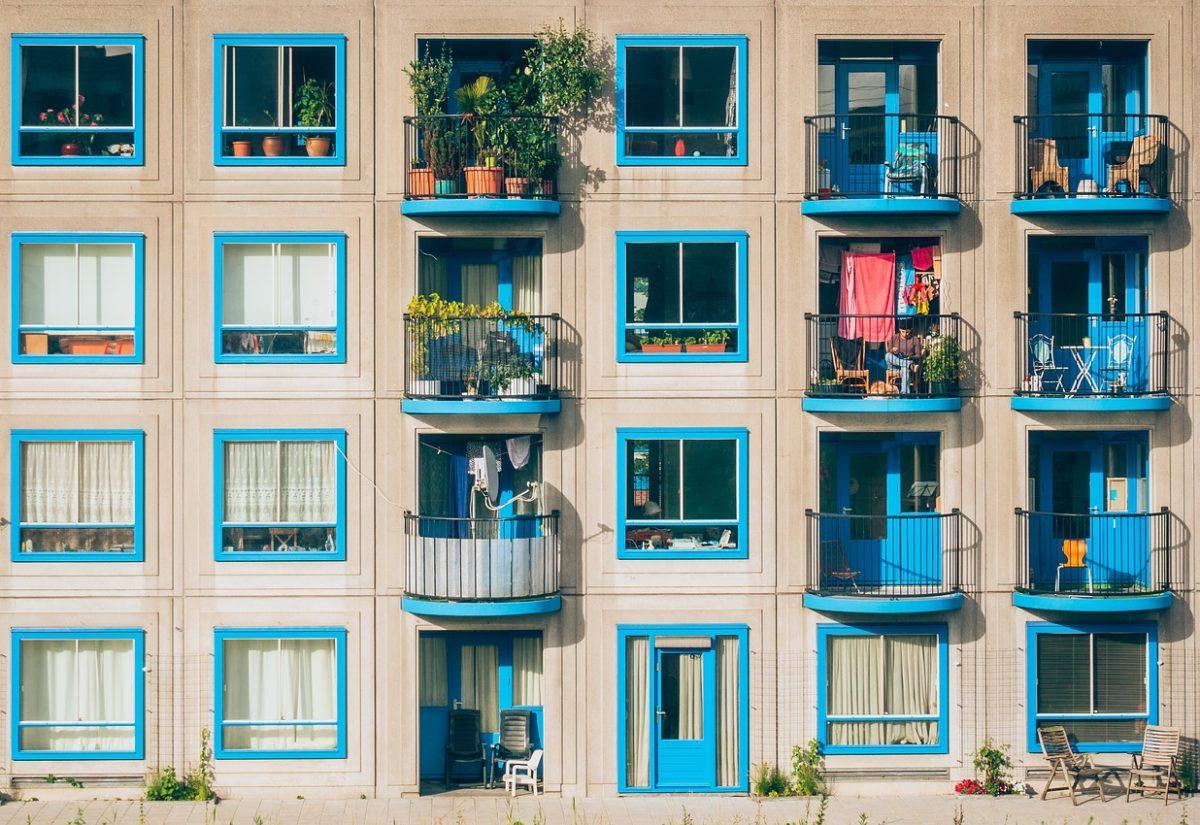 Inspiracje na dekoracje balkonowe