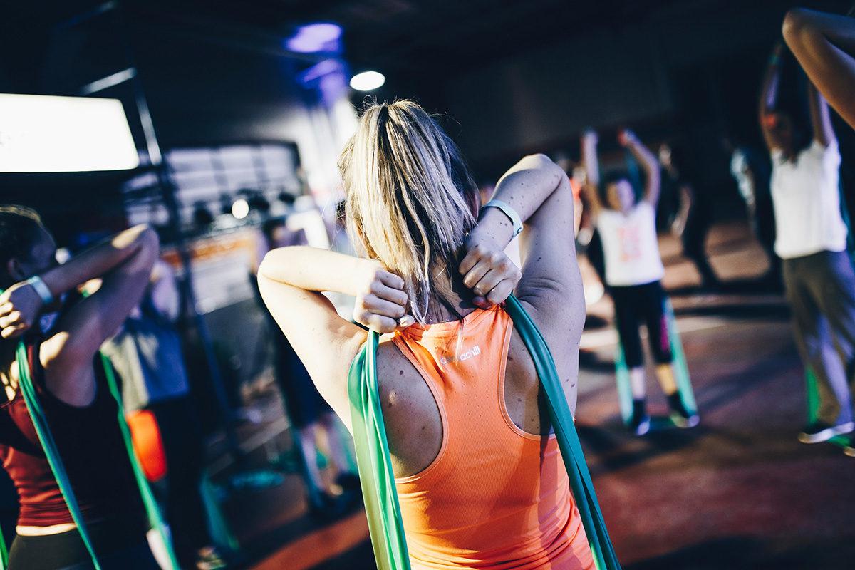 Trening z taśmami fitness lub pilates – proste i skuteczne ćwiczenia