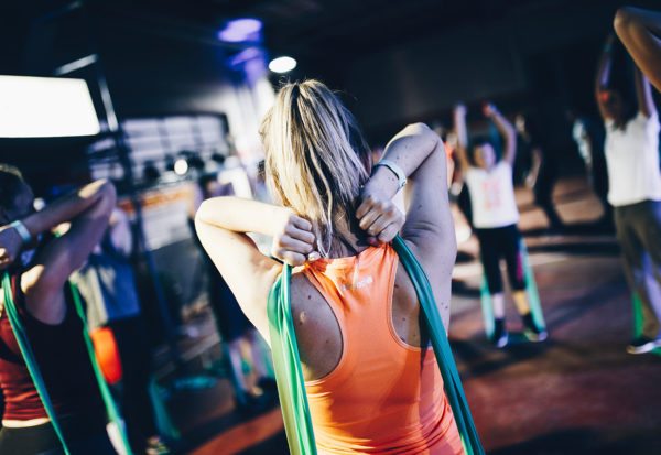Trening z taśmami fitness lub pilates - proste i skuteczne ćwiczenia