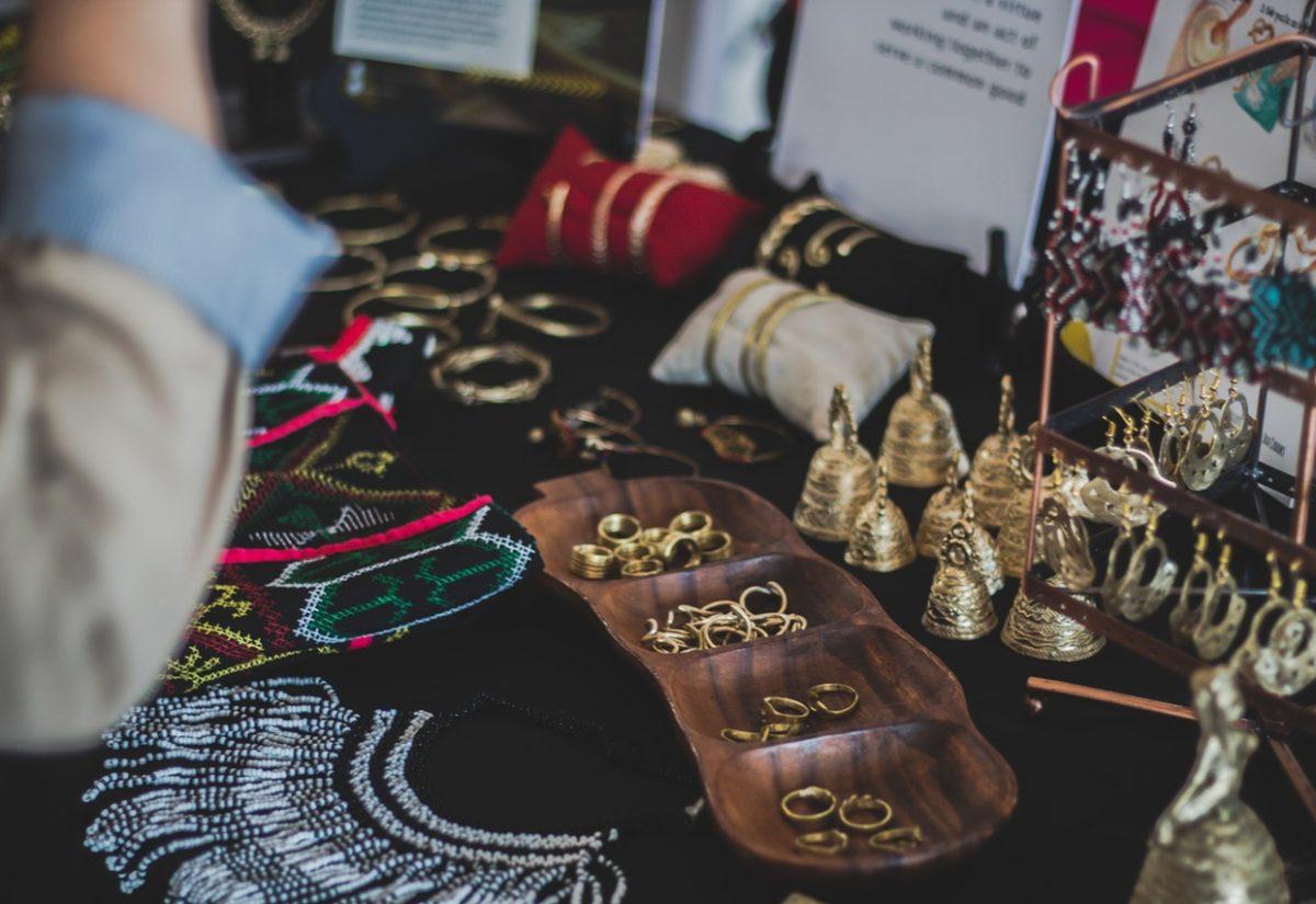 Biżuteria ze stali chirurgicznej – poznaj jej zalety
