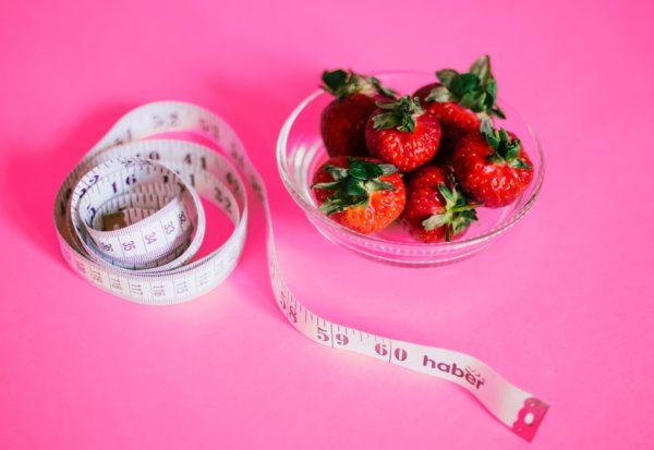 Catering dietetyczny a popularne diety odchudzające