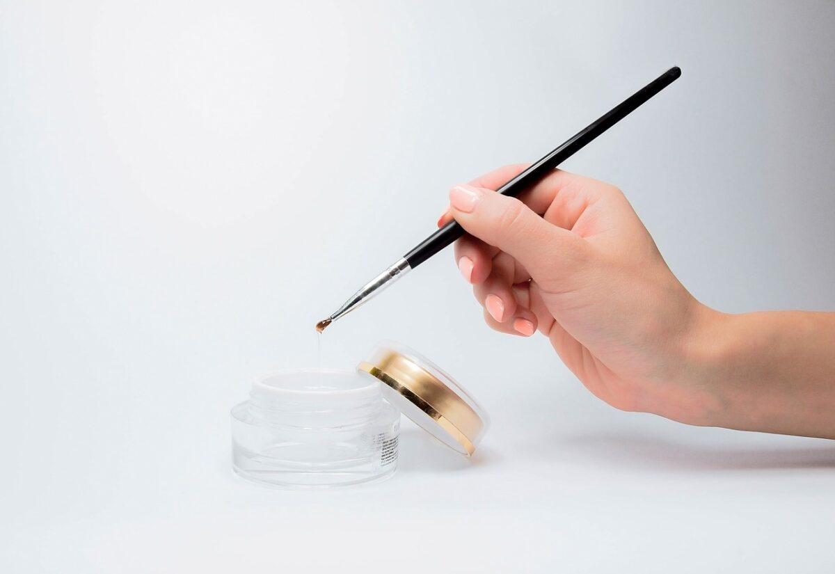 Manicure hybrydowy, który zachwyca? Poznaj efektowne pyłki do paznokci
