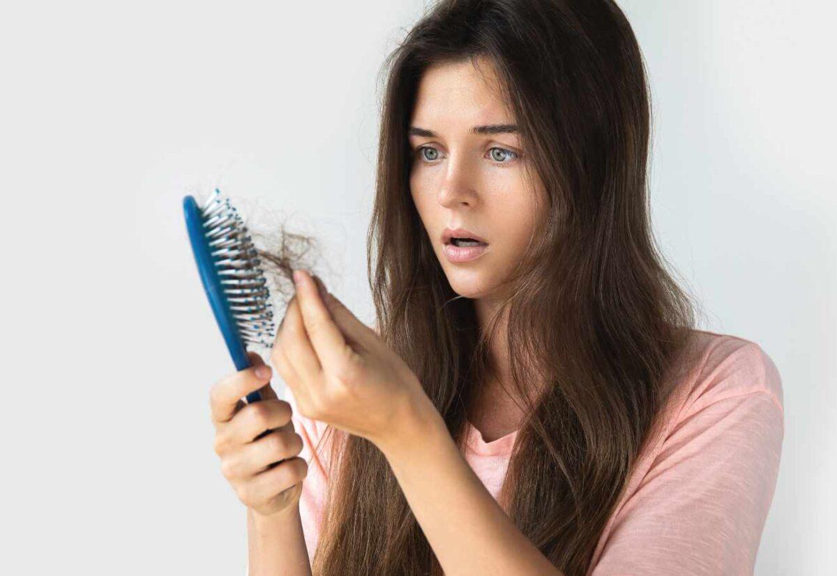 Sprawdzone sposoby na wypadanie włosów – poznaj przyczyny tych zaburzeń i sprawdź jak radzić sobie z nieprzyjemnym problemem