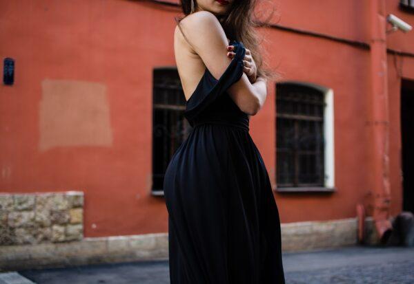 Wesele latem? Modne sukienki, które pozwolą przetrwać upał