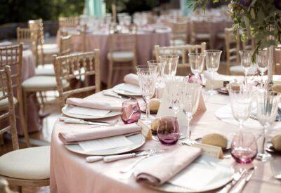 Dystyngowane wesele nie obejdzie się bez eleganckich zaproszeń ślubnych. Wybraliśmy te wzory
