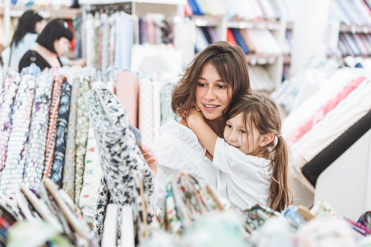 Co decyduje o wyborze sklepu z tkaninami? Sprawdź, na co zwrócić szczególną uwagę.