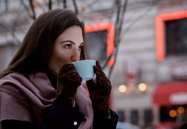 Skórzane rękawiczki damskie – jak wybrać model na zimowe chłody?