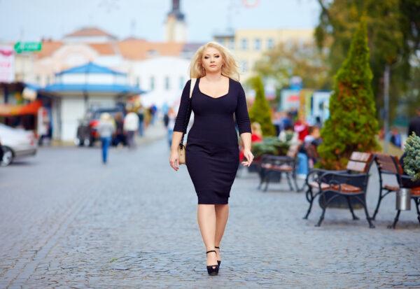 Elegancja w rozmiarze XL – jak wybrać sukienkę plus size na ważną okazję?