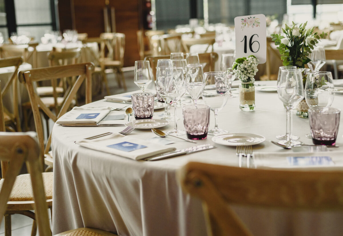 Numery stołów weselnych – praktyczne rozwiązanie i oryginalna dekoracja