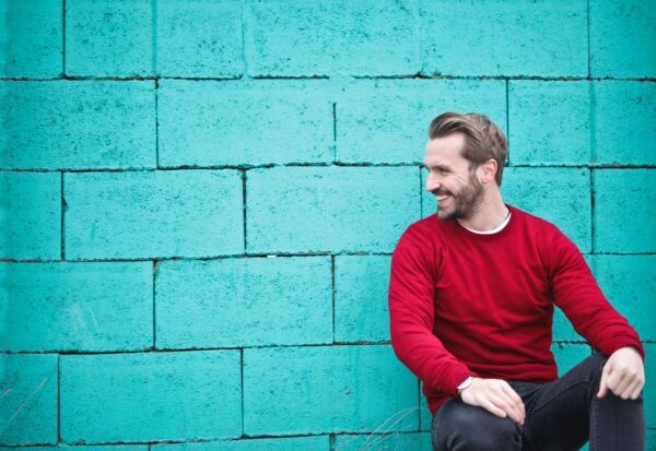 Bluzy bez kaptura – jak je nosić, by wyglądać modnie?