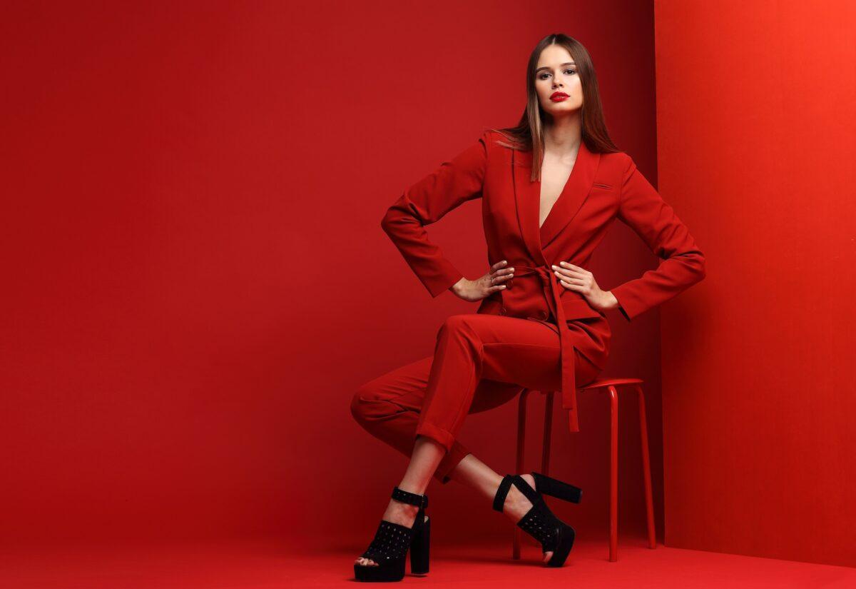 Modne garnitury damskie – komplety w stylu power dressing dla każdej kobiety