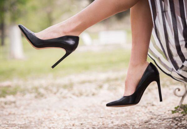 Buty Valentino - co wyróżnia jego sneakersy i szpilki?