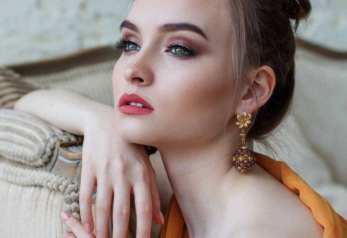 Kolczyki srebrne i złote to podstawa kolekcji każdej kobiety