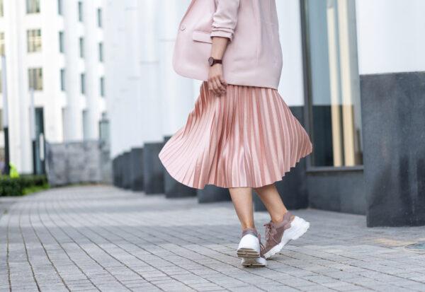 Modny look na wiosnę - jak nosić sweter i spódnicę? Jakie obuwie najlepiej sprawdzi się z tym połączeniem?