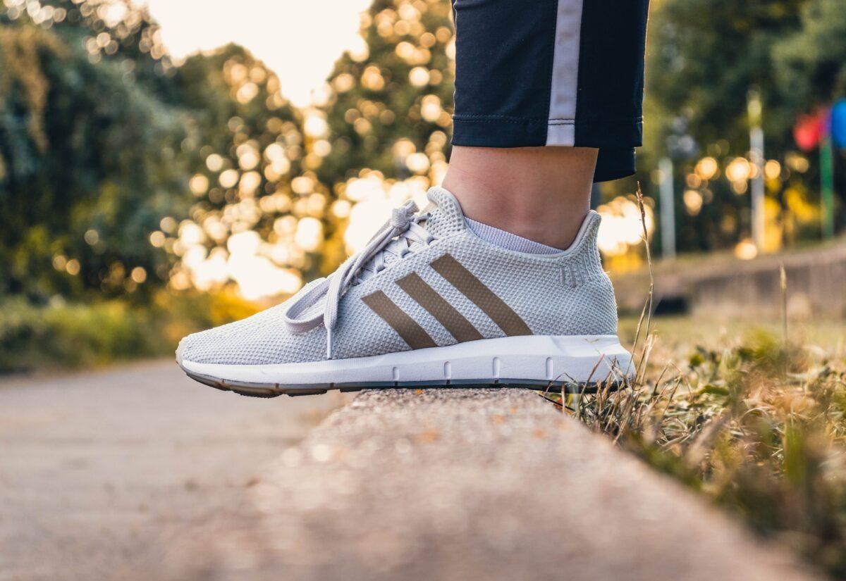 Najnowsze trendy streetwear – przegląd wiosennych sneakersów