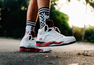 Jakie sneakersy noszą gwiazdy? Najnowsze trendy!