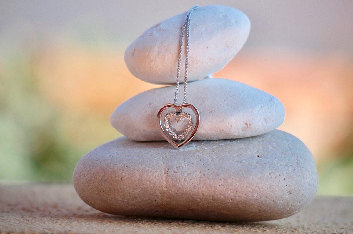 Biżuteria ze stali chirurgicznej – 3 rzeczy, które warto wiedzieć