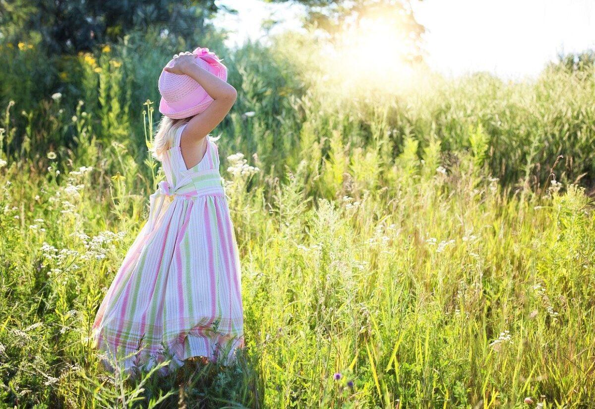 Jakie sukienki na lato 2021 – stylizacje, które Cię oczarują