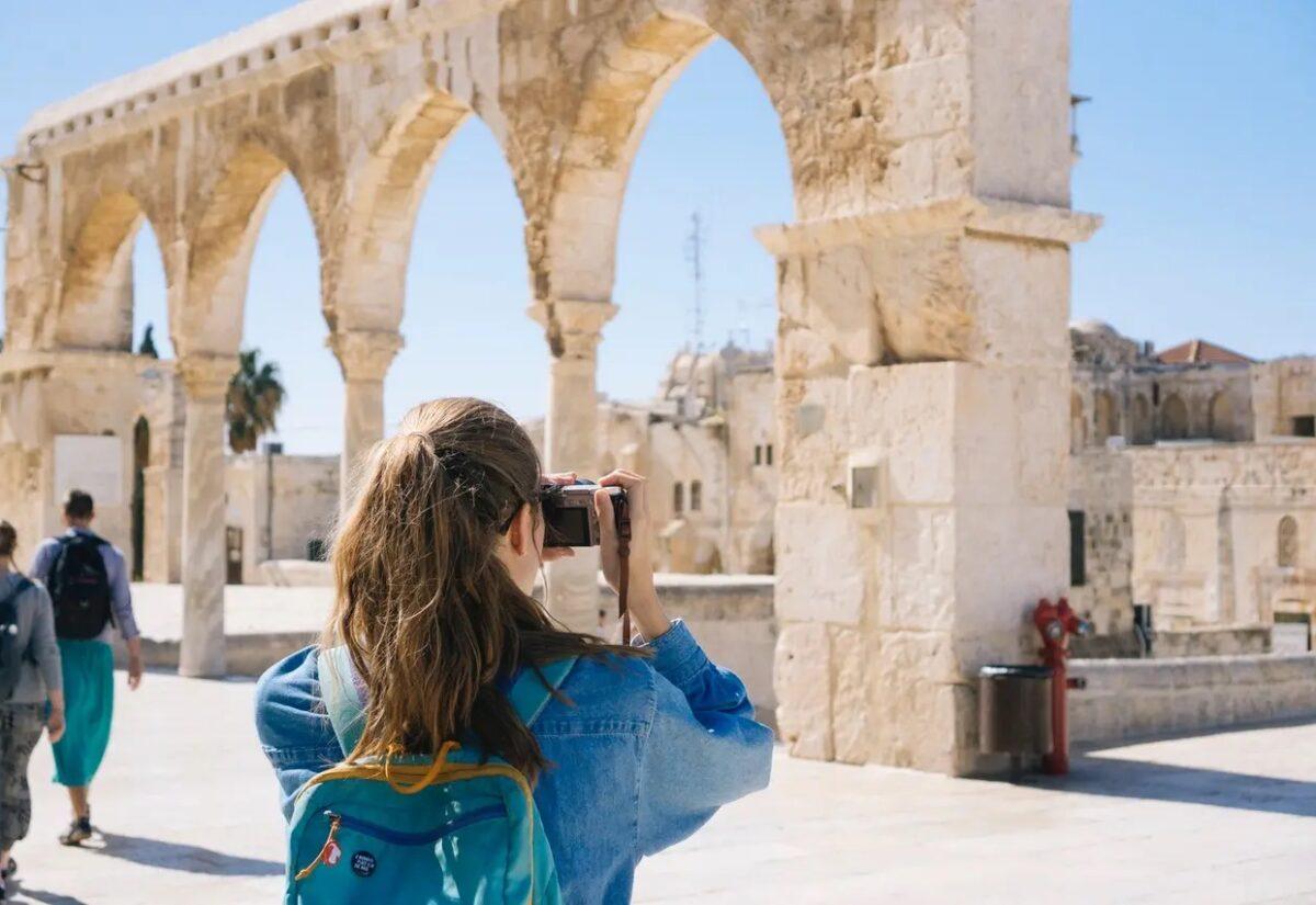Kobieta sama w podróży – o czym warto pamiętać?