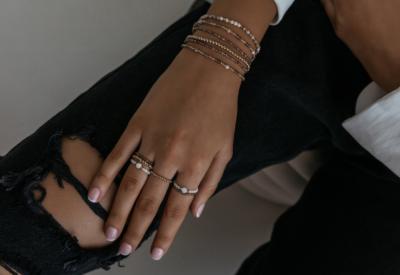 Pierścionki elastyczne z koralików. Ponadczasowy trend dla modnej kobiety