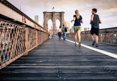 Jak wybrać najlepszą koszulkę do biegania? Praktyczne wskazówki
