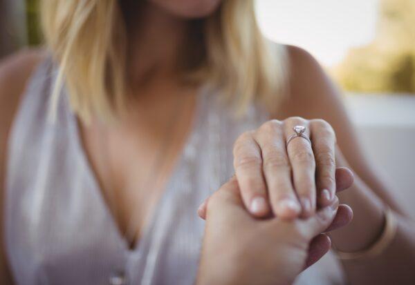 Na co zwrócić uwagę przy zakupie pierścionka dla ukochanej?