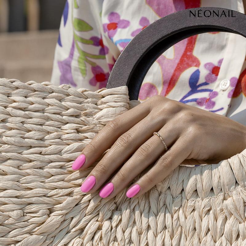 Jak nosić neonowe paznokcie latem?