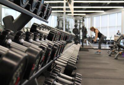 Trening w domu, czy na siłowni – jak utrzymać formę?