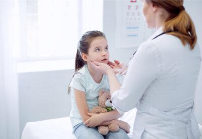 Wycięcie migdałka gardłowego u dzieci - kiedy ten zabieg jest konieczny?